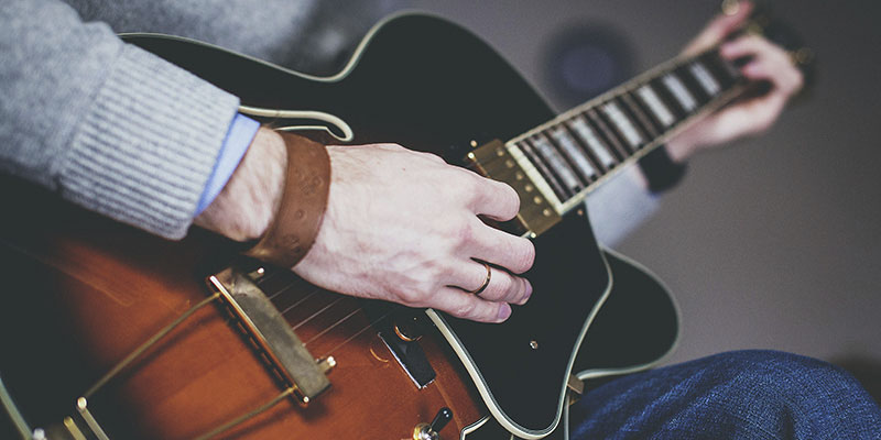 As dúvidas mais comuns para tocar violão e guitarra